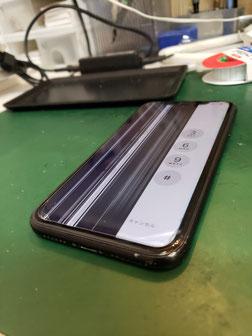 iPhoneXS左半分液晶破損でストライプしか映らない