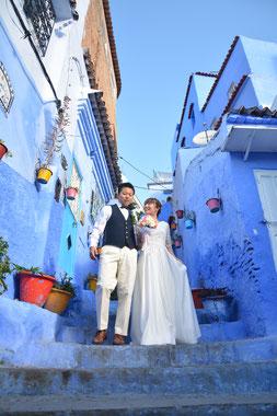 青い景色の背景の元、和やかな雰囲気で、フォトウェディング撮影は行われます💛