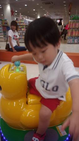 乗り物に乗る弟の写真