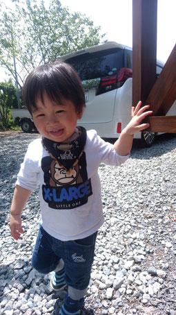 笑って外で遊ぶ子供の写真