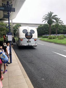 Links vom Eingang findest Du den Bus für ins DisneySea oder Disneyland