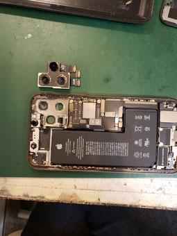 画面を外しメインカメラを取ったiPhone11PRO