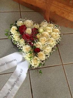Herz weiße und rote Rosen