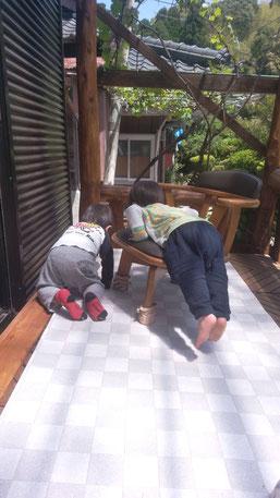 一緒に遊ぶ2歳児