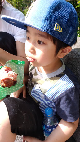 チキンを食べる子供の写真