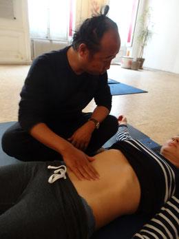 A Massage du ventre Chi nei tsang : l'approche du patient.