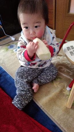 大根をかじる赤ちゃんの写真