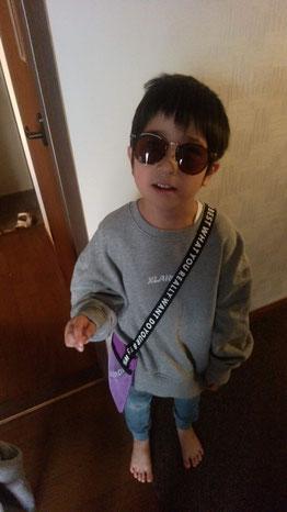 サングラスをかけた子供の写真