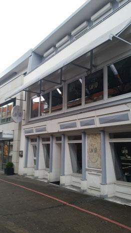 Büro mit schrägen Fenstern (EG) fester Außenliegender Sonnenschutz (1.OG)
