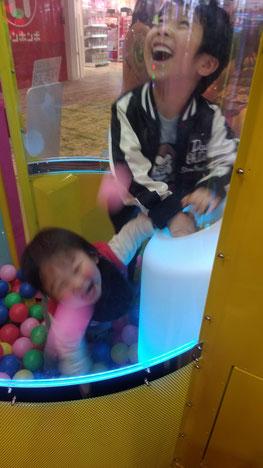 思いっきり遊ぶ子供の写真