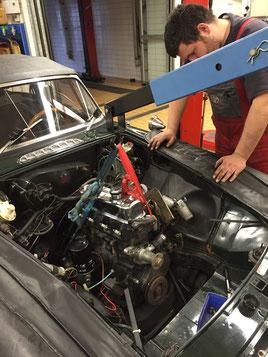 Der Motor wird mit einem Lastkrahn ausgebaut