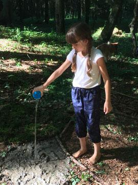 Das Matsche-Feld musste natürlich gewässert werden, Foto: Kathrin Lichtenauer