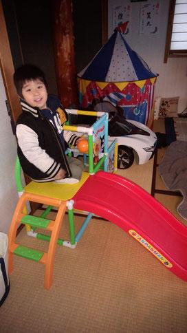 滑り台に乗る子供の写真