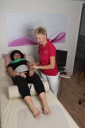 Vitalfeldbehandung mit Vitalfeldtechnologie durch Monika Weissenberger. Die Elektronen wurden an den Händen befestigt während der Messung.