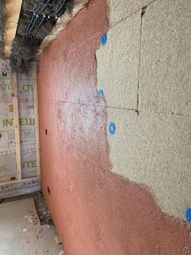 Innendämmung einer Aussenwand mit Claytec HFD Holzfaserplatten 60mm. Auftrag Grundierung die Rote für nachfolgenden Verputz mit Lehm.