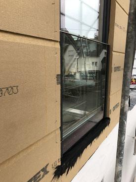 Bild zeigt FeBa Kunststoff-Fenster Novo-Life Profil FV   mit Glasbrüstungselement mit 0,76 VSG, Edelstahlhandlauf und verdeckter Befestigung.