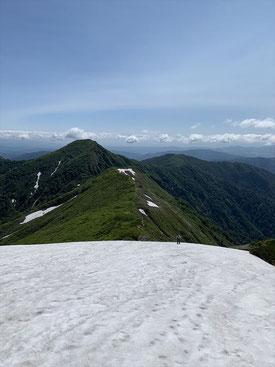 ▲銀玉水の大雪渓。雪はたっぷり。下に見える登りの方はアイゼン無しでした。