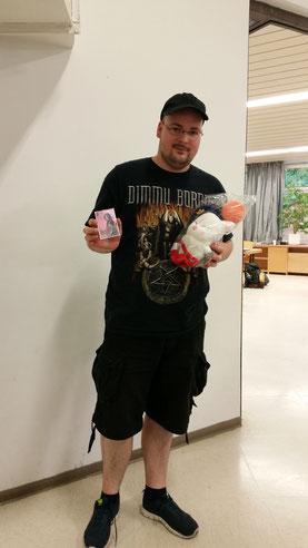 Steven Siewert, der Sieger des Draft Pods #2 mit seinem Postboten Mogry Plush als Hauptpreis