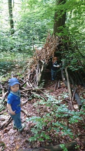 Baumhausbauen im Wald