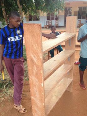 Ein erster Arbeitsstand: Amiri begutachtet das gemeinsam gebaute Regal