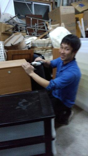 道具を使う社長の写真