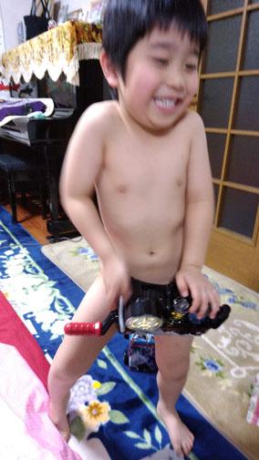 仮面ライダーベルトを裸でつける子供の写真