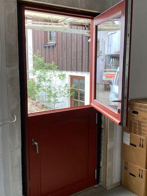 In einem Verkaufsraum in Balingen durften wir eine neue Türe einbauen. Eine sogenannte Klöntüre bei der man auch nur den oberen Teil öffnen kann wie bei einem Fenster. Die Farbe hier ist schwedenrot.