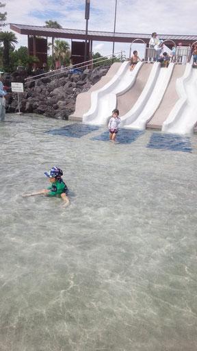 プールに入る子供の写真