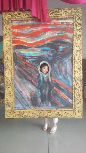 アート作品と一体になる子供の写真