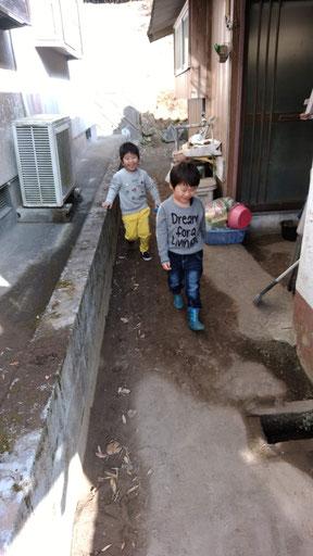 探検中の子供の写真