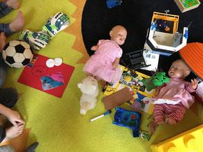 Spielzeug wird nach Material sortiert