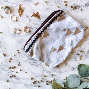 trousse-maquillage-blanc-motifs-zigzag bleu-fermeture eclair