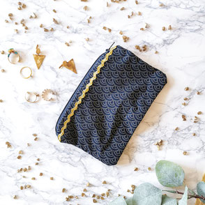trousse-maquillage-bleu-motifs-zigzag doré-fermeture eclair-doré