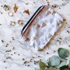 trousse-maquillage-blanc-motifs-zigzag bordeaux-fermeture eclair-bleu