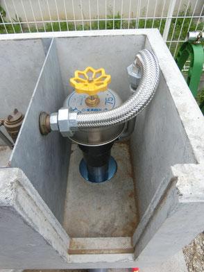 給水バルブから地下水位調整フロートへの配管写真