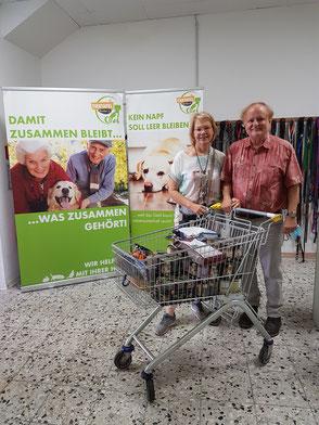 Ehepaar mit Futterspenden