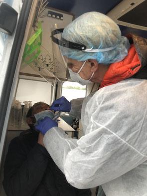 Dr. Thomas Koch nimmt vorschriftsmäßig einen Schnelltest-Abstrich