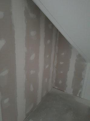 hier hebben we een nieuwe woning de zolder verdeeld in 3 ruimte,s  en alles saus en behang klaar opgeleverd
