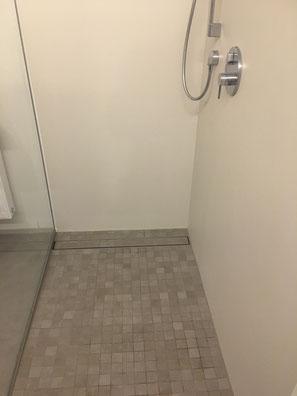 Fugenlose Dusche mit Mosaik an Boden