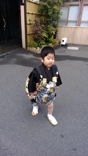 袴で歩く子供の写真