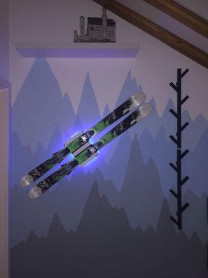 Wandhalterung Wandmontage Ski horizontal vertikal Ski Halterung wall mount LED Beleuchtung