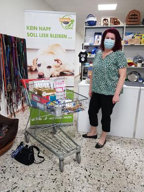 Frau mit Tierfutterspende