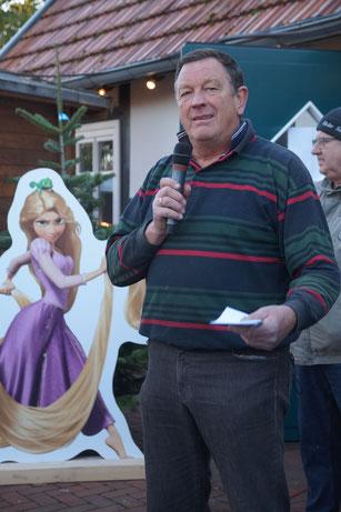 Uwe Pomplun vom Hüder Dorfverein beim Weihnachtsmarkt 2019