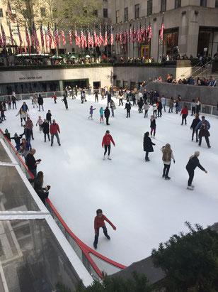 野外スケートを楽しむ人たち