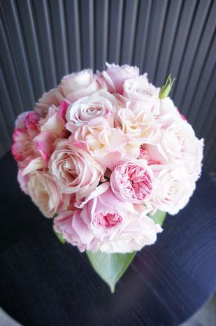種類の違う淡いピンクのバラで優しく可愛らしいラウンドブーケ