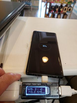 バッテリー交換後の通電チェック中のGalaxy S10+
