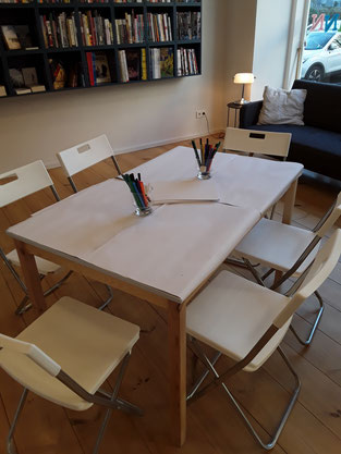 Die Tische sind wie immer vorbereitet und warten auf die Zeichenkünstler und -künstlerinnen.
