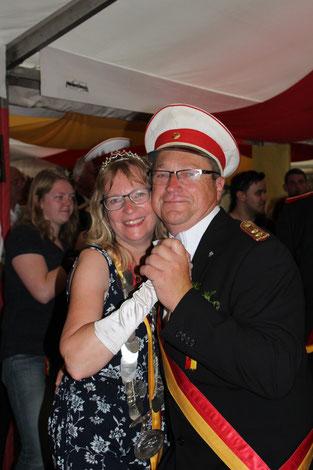 Königin Karin Falke mit Hauptmann Michael Broschinski