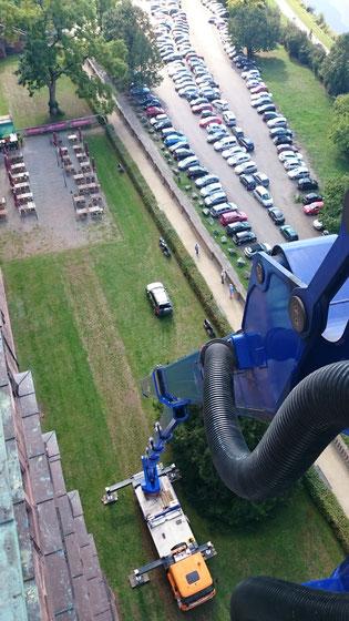 Hubsteigereinsatz für die artenschutzrechtliche Begutachtung von Gebäuden.