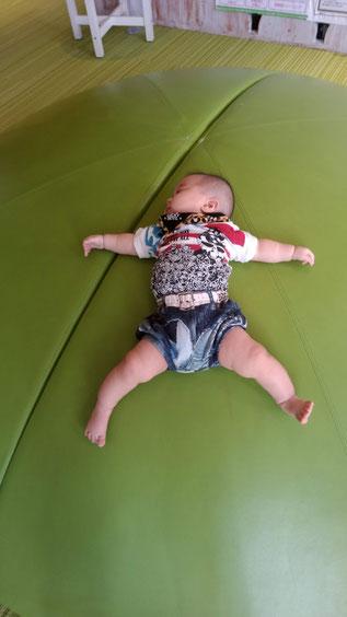 大文字のように寝る赤ちゃんの写真